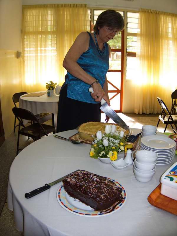 Dayle cutting cake