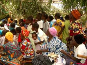 Congoelse women leaning in to watch the Jesus Film