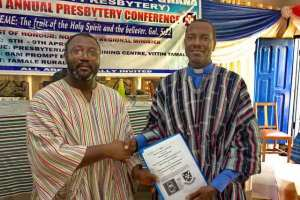 The Director of GILLBT and the head of the northern presbytery exchanging the description of the literacy program